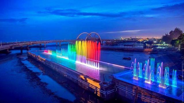 tahun baru di Jembatan Suroboyo