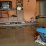 Tetap Santuy! Orang-Orang Ini Tetap Happy Meski Banjir Menghampiri
